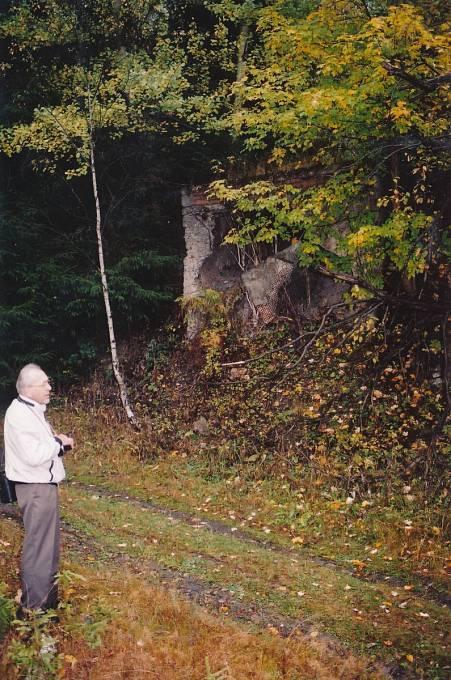 Před vstupem do šachty Eliáš v roce 2002