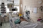 Pacient s koronavirem leží 5. října 2020 na jednotce intenzivní péče Kliniky infekčních, parazitárních a tropických nemocí v pražské Nemocnici Na Bulovce.