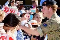 Davy australských příznivců, z velké části mladých obdivovatelek, se dnes přišly před proslulou budovu opery v Sydney rozloučit s britským princem Harrym, který končí měsíční působení v australské armádě.