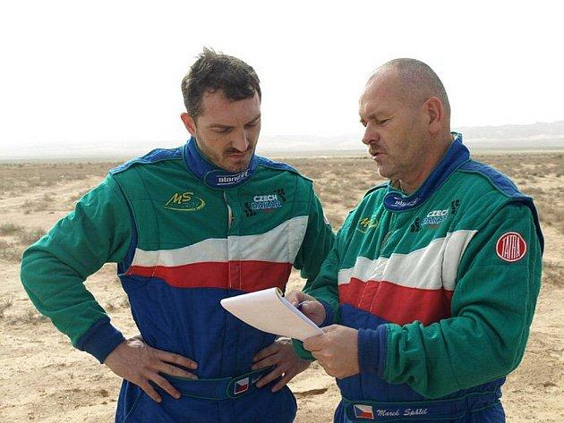 Jezdci týmu Czech Dakar Team David Vršecký (vlevo) a Marek Spáčil.