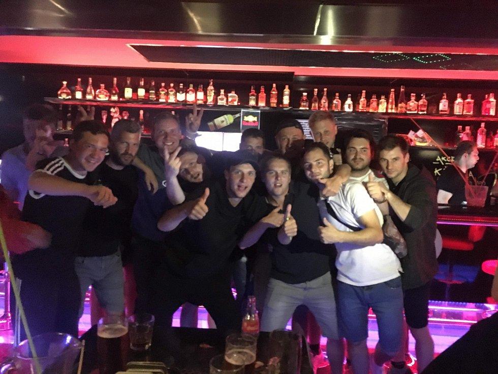 Oslava konce sezóny v oblíbeném baru... Dokonce i matadoři si udělali u rodin volno, aby zapili nejlepší sezónu Jiskry v historii.
