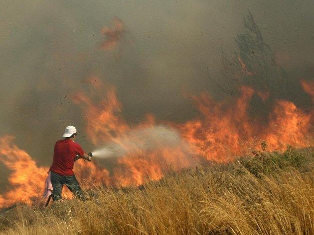 Dobrovolný hasič u vesnice Dioni severovýchodně od Atén.