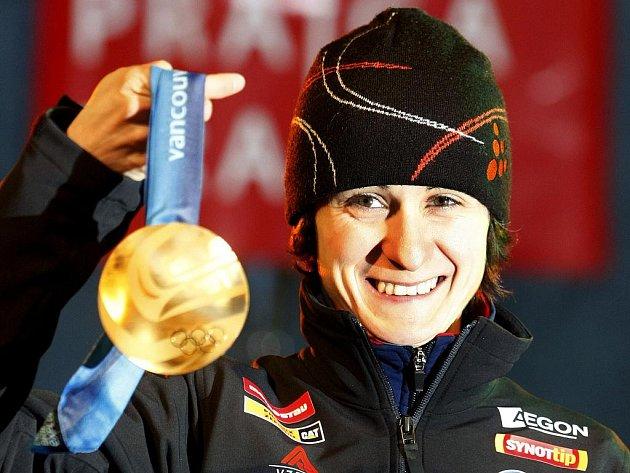 Martina Sáblíková na Václavském náměstí ukazuje fanouškům zlatou olympijskou medaili.