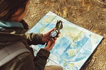 Z nedávné ankety Deníku vyplývá, že klasickou mapu při výletech nepoužívá téměř 55 % Čechů a raději vyrazí podle navigace v mobilním telefonu.