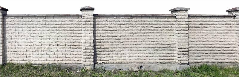 Maximální soukromí zajistí zděný plot, který můžete postavit z přírodního kamene, cihel, vypálených tvarovek, betonu nebo betonových plotovek.