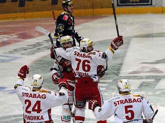 Hokejisté Slavie se radují z branky do sítě Liberce.