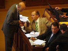 Boj v poslanecké sněmovně o regulační poplatky ve zdravotnictví, jejichž zrušení navrhla ČSSD, byl ve středu přerušen, pokračovat se bude ve čtvrtek