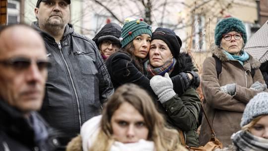 Lidé ve Štrasburku uctili památku obětí úterního útoku.