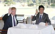 Prezident Donald Trump s japonským premiérem Šinzóem Abem