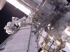 Astronauti Shane Kimbrough a Thomas Pesquet dnes úspěšně pracovali v otevřeném kosmu vně Mezinárodní vesmírné stanice (ISS).