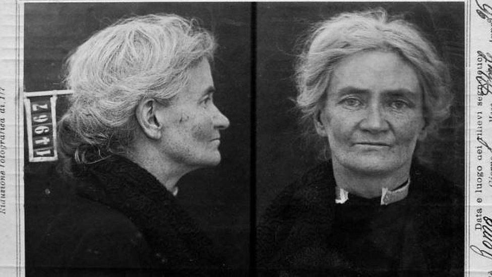 Violet Gibsonová na policejním identifikačním snímku krátce po atentátu. Stačila jednou vystřelit, pak ji napadl dav Mussoliniho příznivců. Zatčení policií ji nejspíš zachránilo