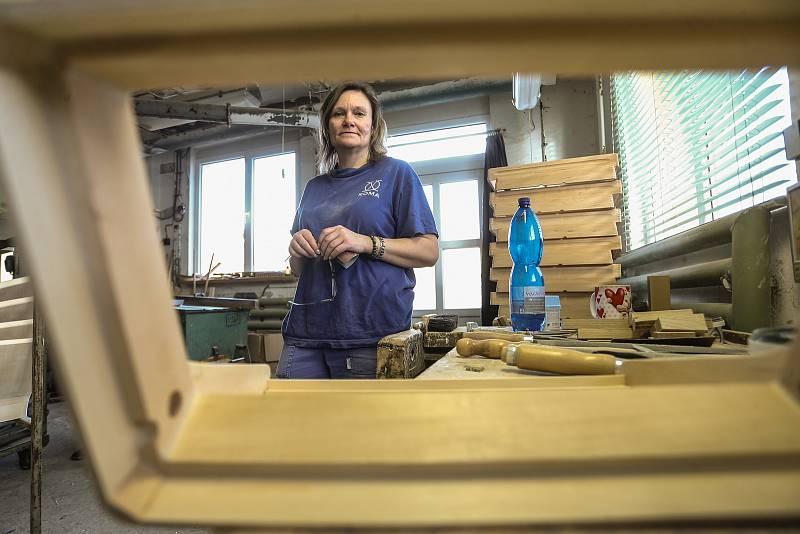 Výroba heligonek a akordeonů ve firmě Delicia  Hořovicích na Berounsku