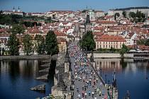 Už klasický obrázek: běžci v Praze. Ovšem na klasický maraton si musí veřejnost počkat