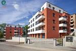Rezidenční bydlení Pelhřimovské zahrady. Pětice moderních čtyřpodlažních bytových domů, situovaných jen kousek od centra města, disponuje dohromady 105 byty. V podzemí jsou prostorné garáže, sklepy k bytům, kočárkárny a technické zázemí.