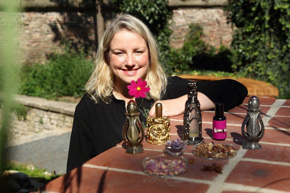 Markéta Filipová, lektorka Školy čichu, s parfémy Západu a Orientu Rafaella