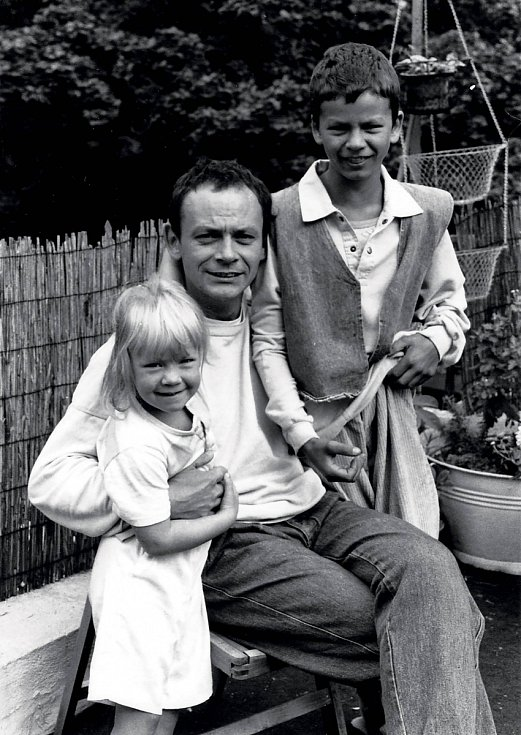 Táta Ivan se synem Vojtou a dcerou Lenkou v Brémách (1989).