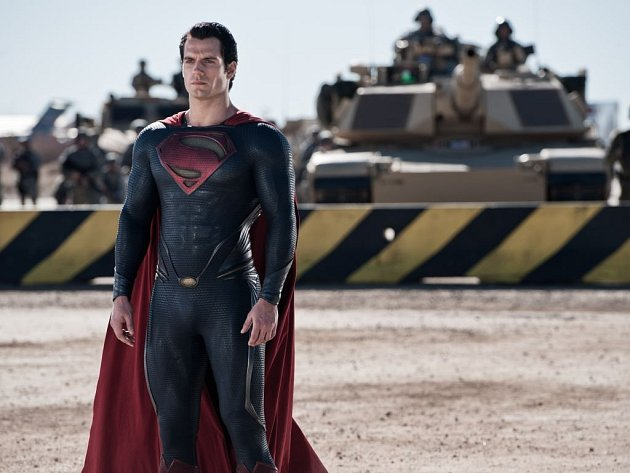 NOVÝ SUPERMAN. Manekýnu Henry Cavillovi nepomáhá k přesvědčivému výrazu ani slavný komiksový kostým.