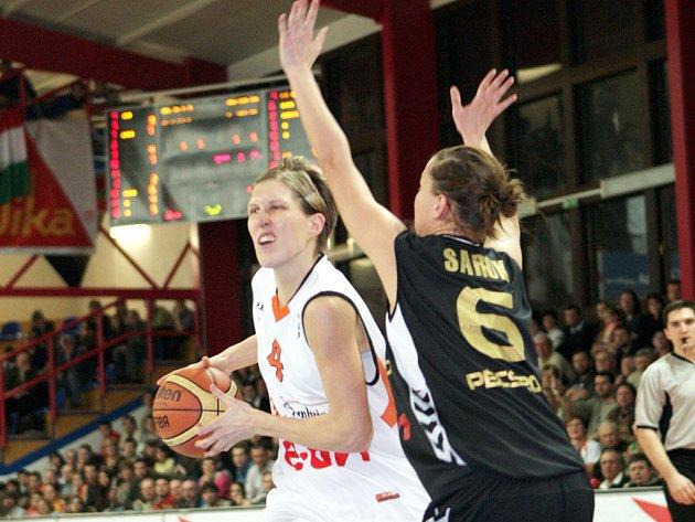 První osmifinálový duel s Pécsí vyhrály brněnské basketbalistky 71:67.