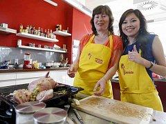 Loňská vítězka Zuzana Kučerová (vlevo) vyhrála se svým nadívaným králíkem vybavení kuchyně za 50 tisíc korun.