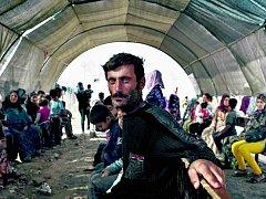 Čekárna. Pacienti čekají na ošetření před klinikou Lékařů bez hranic v Domízu, kde je kolem šedesáti tisíc syrských uprchlíků.