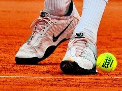 S tvrdší pařížskou antukou se musel srovnat i Tomáš Berdych (na snímku jeho boty).