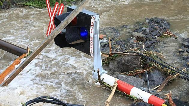Další obrovské škody napáchala povodeň na Děčínsku v obci Těchlovice,kde poškodila hlavní trať Nymburk -Děčín.Obrovské kameny,písek a hlínu nyní odklízí těžká technika,ale stále přitékající voda komplikuje čištění tratě.