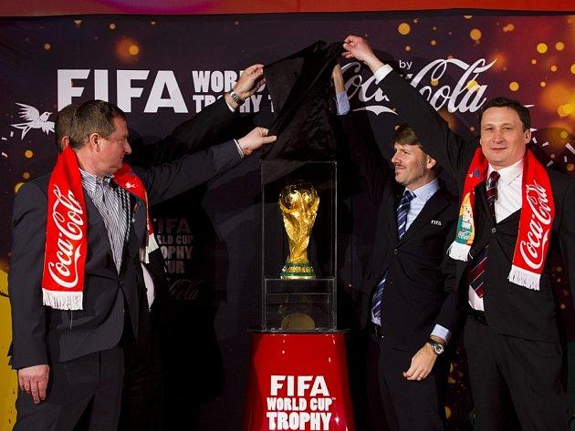 Pavel Vrba (vlevo) u představení trofeje pro vítěze MS