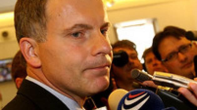 Poslanec Hovorka hovoří s novináři ve sněmovních kuloárech.