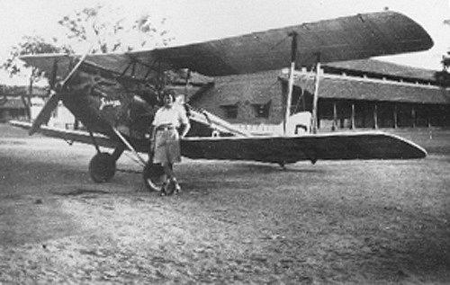Odvážná pilotka se svým prvním dvouplošníkem de Havilland DH.60 Gipsy Moth v Indii
