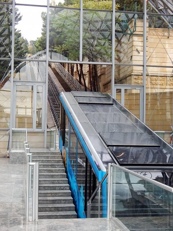 Baku má rovněž svou lanovku. Moderní, která nahradila tu z roku 1960.