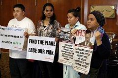 Rodiny pozůstalých chtějí v pátrání po zmizelém letadle pokračovat.