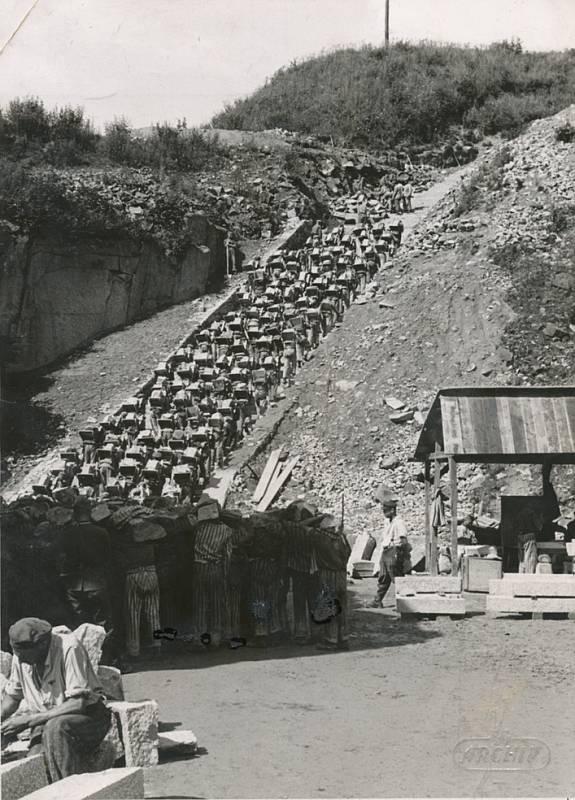 Schody smrti, po nichž vězni vynášeli padesátikilové žulové kvádry.