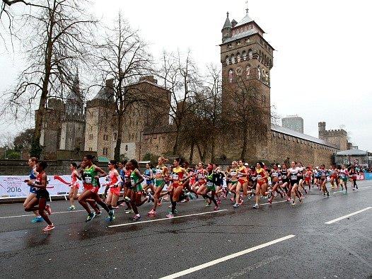 Půlmaraton v Cardiffu provázelo deštivé počasí