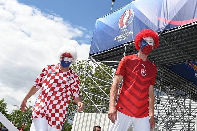 Fanoušci obou táborů před zápasem.