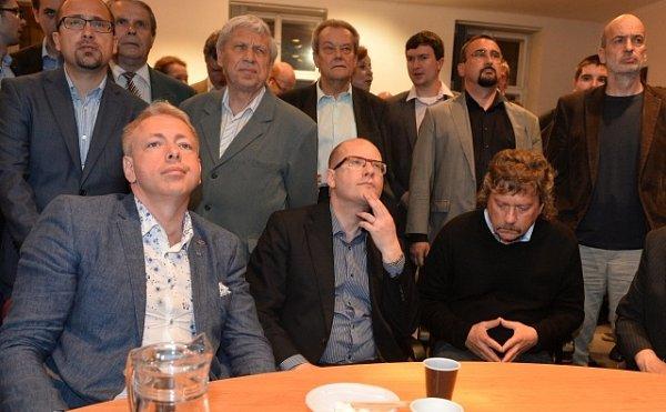 Představitelé ČSSD společně sledovali 25.května večer ve svém pražském sídle výsledky voleb do Evropského parlamentu za účasti předsedy strany Bohuslava Sobotky (sedící uprostřed) a lídra kandidátky Jan Kellera (sedící vpravo).