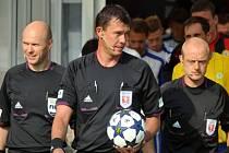 Fotbalový rozhodčí Pavel Franěk (uprostřed).