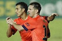 Lionel Messi (vpravo) a Pedro Rodríguez pomohli Barceloně sestřelit Levante.