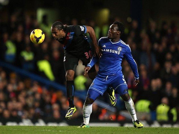 Michael Essien z Chelsea (vpravo) a Cameron Jerome z Crystal Palace.