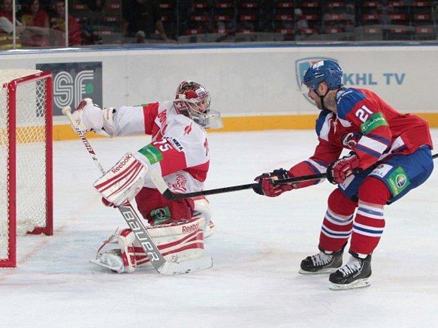 Jakub Klepiš z Lva Praha (vpravo) překonává gólmana Spartaku Moskva Borisova.