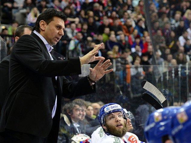 Trenér Vladimír Růžička na střídačce hokejové reprezentace.
