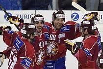 Hokejisté Ženevy (zleva) Romain Loeffel, Daniel Rubin, Kevin Romy a Matthew Lombardi se radují z gólu ve finále Spengler Cupu proti Ufě.