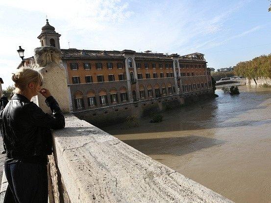 Rozvodněná Tibera zaplavila ulice Říma
