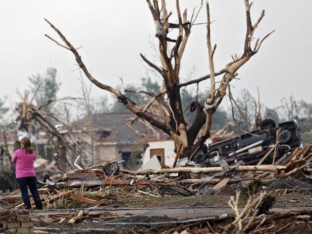 Ničivé tornádo zabilo v Oklahomě desítky lidí.