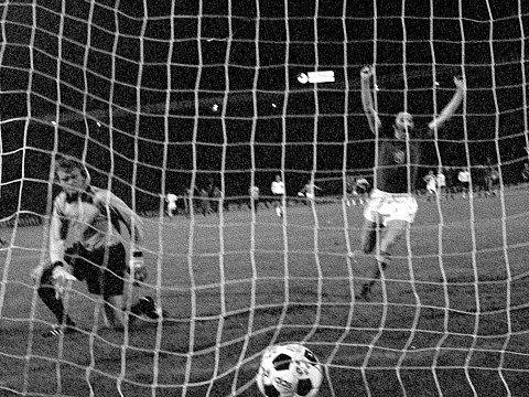 Antonín Panenka a jeho pověstný dloubák, díky němuž Československo vyhrálo ME 1976.