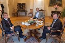 Prezident Miloš Zeman (uprostřed) se 4. července 2019 na zámku v Lánech setkal s premiérem Andrejem Babišem (vlevo; ANO) a vicepremiérem Janem Hamáčkem (ČSSD)