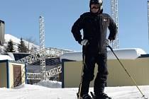 Prezident Putin na lyžích v olympijském areálu v Soči.