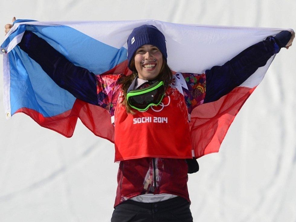 Snowboardistka Eva Samková se raduje ze zlaté medaile na olympijských hrách v Soči.
