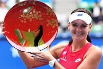 Agnieszka Radwaňská s trofejí pro vítězku turnaje v Tokiu.