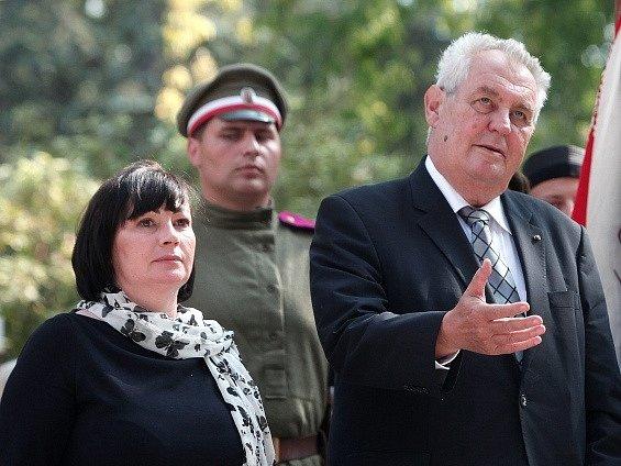 Miloš Zeman s manželkou na hřbitově Pére Lachaise.