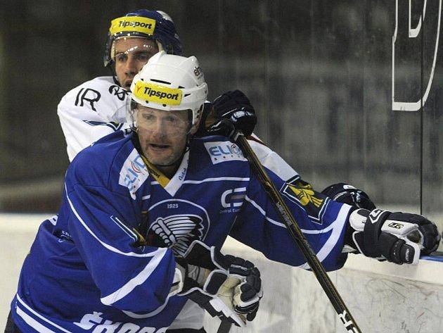 Utkání 6. kola hokejové extraligy Vítkovice - Plzeň 1. října v Ostravě. Plzeňský hráč Jiří Hanzlík (vpředu) a Petr Pohl z Vítkovic.